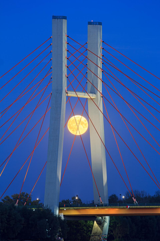 ksiezyc nad  mostem siekierkowskim