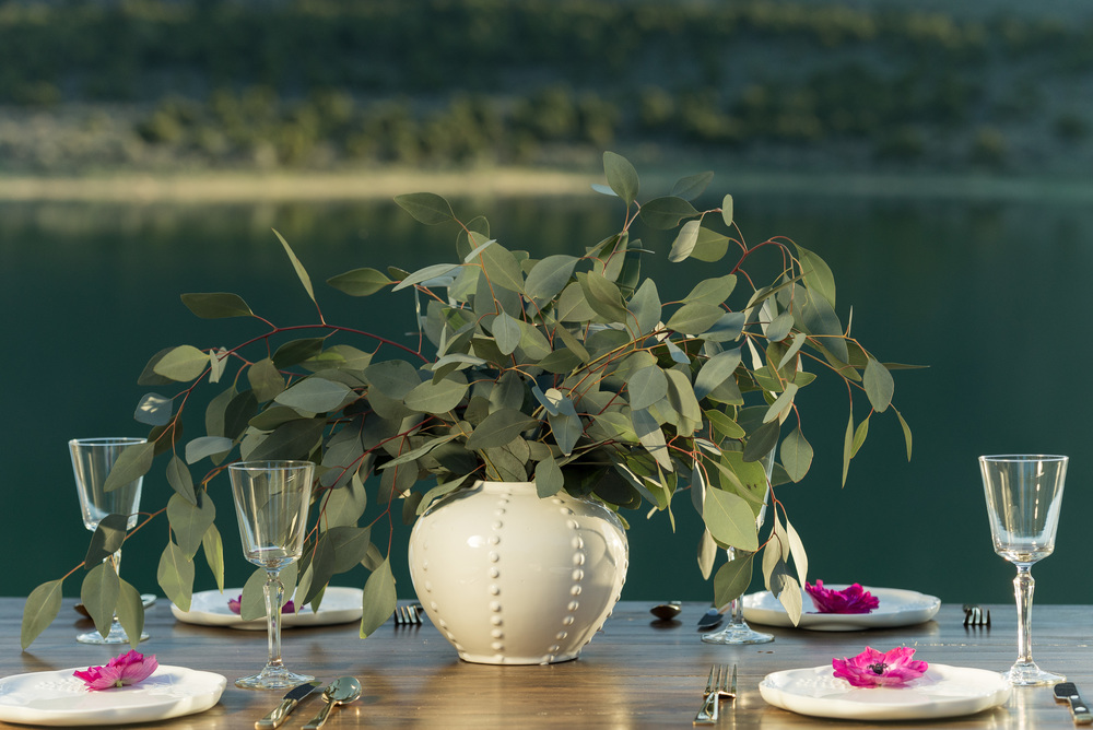 wedding-tablescape-with-white-dishes