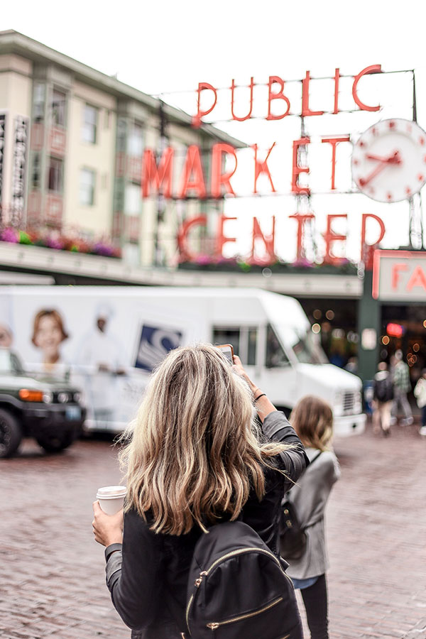 - As a former Seattle native, I am super excited to share my packing guide to the Seattle area! I created this packing guide with the Seattle spring, fall, and mild winter weather in mind. In the summer, you can exchange the coats for a light sweater and a sheer cardigan. Summer is great time to toss a dress into the mix as well. If you're visiting in the dead of winter, be sure to have a good pair of boots, gloves and a cute beanie. When visiting somewhere like Seattle, you want to make sure to have layering options as it can be raining one minute and sunny the next. It is always best to be prepared with an extra layer!