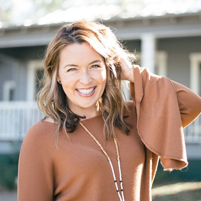 New year, new headshots! Book a lifestyle headshot session, like this gorgeous woman did, OR gather your peeps for a headshot party! Contact me for details! . . #austinlifestyle #austinphotographer #atx #atxphotographer #noondaystyle #noondayambassador