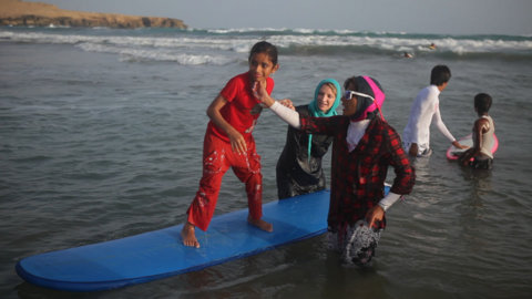 WOMEN WHO SURF - GET HIJAB! EASKY IN IRAN