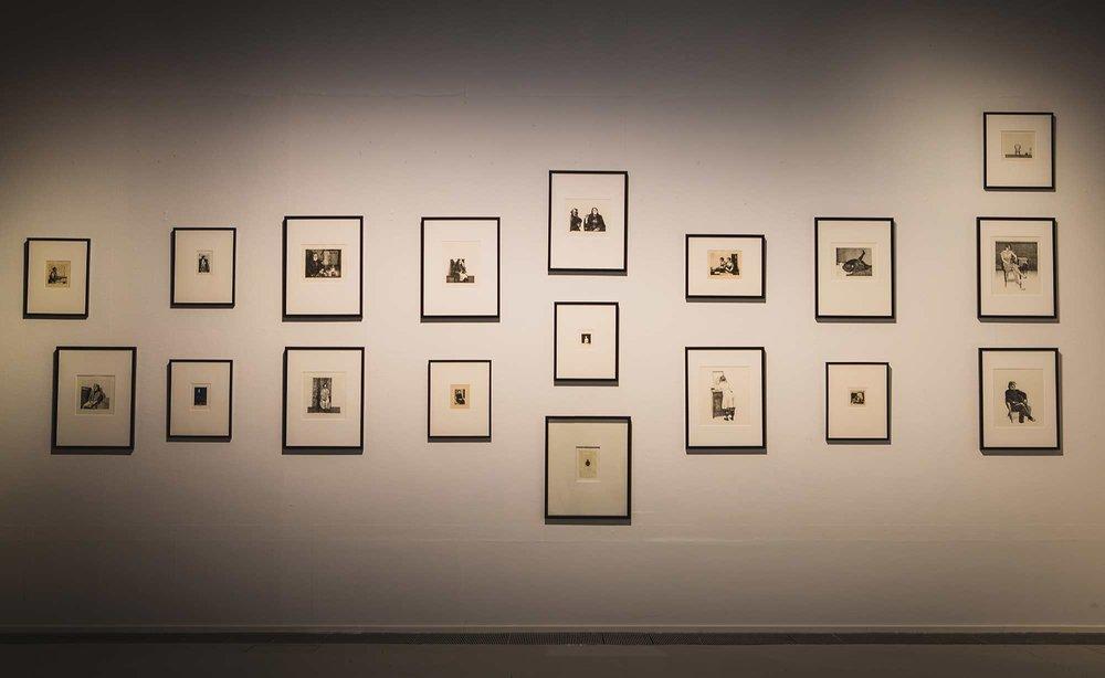 Artsin kokoelmiin kuuluu runsaasti grafiikkaa. Kuvassa Pentti Kaskipuron ja Marjatta Hanhijoen grafiikan teoksia Sinä&Minä muotokuvassa -näyttelyssä.