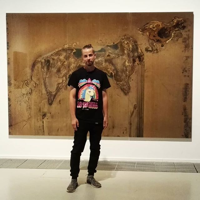 #PAXpuhutaanrauhasta Toni R. Toivonen poseeraa Paradise Lost (2018) teoksensa edessä.  Hän kertoo taiteellisen prosessinsa antavan kuolleelle eläimelle ikuisen elämän.  #artsimuseo #vantaantaidemuseo #taidemuseo #Pax #tonirtoivonen #myyrmäki #vantaa #myyrmäkitalo #kulttuuriavantaalla #art #modernart