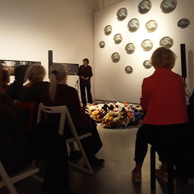 """Sampsa Pirtola: """"ei yksikään luoti ole osunut niin kuin osuva sana"""" - pala Erkki Pirtolan runosta. Ja näin näyttely on virallisesti avattu: lämpimästi tervetuloa katsomaan! Näyttely esillä osana PAXia 29.7. asti. #avajaiset #erkkipirtola #sampsapirtola #artsimuseo #paxpuhutaanrauhasta #paxnäyttely #artsimuseo"""