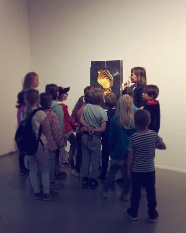 """PAX-näyttelyssä puhutaan rauhasta monessa eri merkityksessä. Tänään luonnonrauhaa pohdittiin nuorten kesälomalaisten kanssa Sasha Huberin """"Wound I - Kittilä"""" (2016) teoksen äärellä. #pax #paxpuhutaanrauhasta #sashahuber @sashahuber #vantaantaidemuseo #artsi #artsimuseo #myyrmäki #taidemuseo #museo #vantaa"""