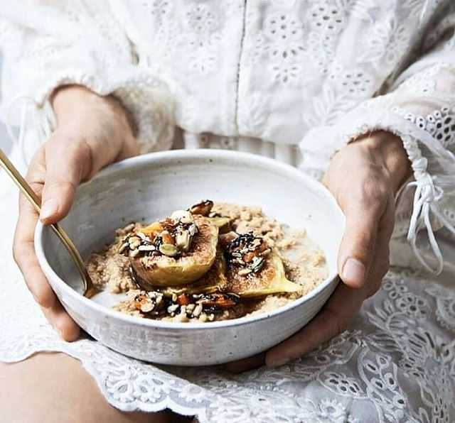 Figs have a 55% natural sugar content - making them the sweetest fruit of all.  Who would've though, huh?  Add a couple to your next brekkie bowl for added morning energy (we know we need it). 📸: @thebeautychef