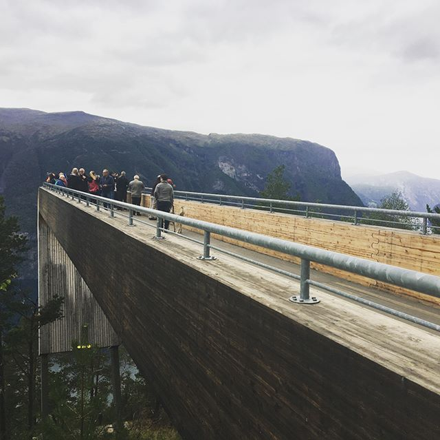 The scenic routes commissioned by the Norwegian government are incredible! 👏 Here we are at Stegastein viewpoint overlooking the breathtaking Aurlandsfjord.