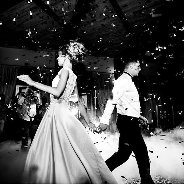 Хотите произвести впечатление на своих гостей? Эффектный первый танец, свет, нижний дым, дождь из конфетти, все вместе дает красивую атмосферную картину, которая точно запомнится гостям👍Организация свадьбы @whitechoco_wedding рекомендую😌 --- #первыйтанец #свадьбамосква #свадьба #невеста #фотографнасвадьбу #фотографмосква #жених #свадебныйфотограф #mood #weddingmoscow #bride #dress #платье #smile #wedding #mywed #портрет #фотосессия #moscow #style #portrait #fashion #bw #emotions #happy #love #nikonrussia