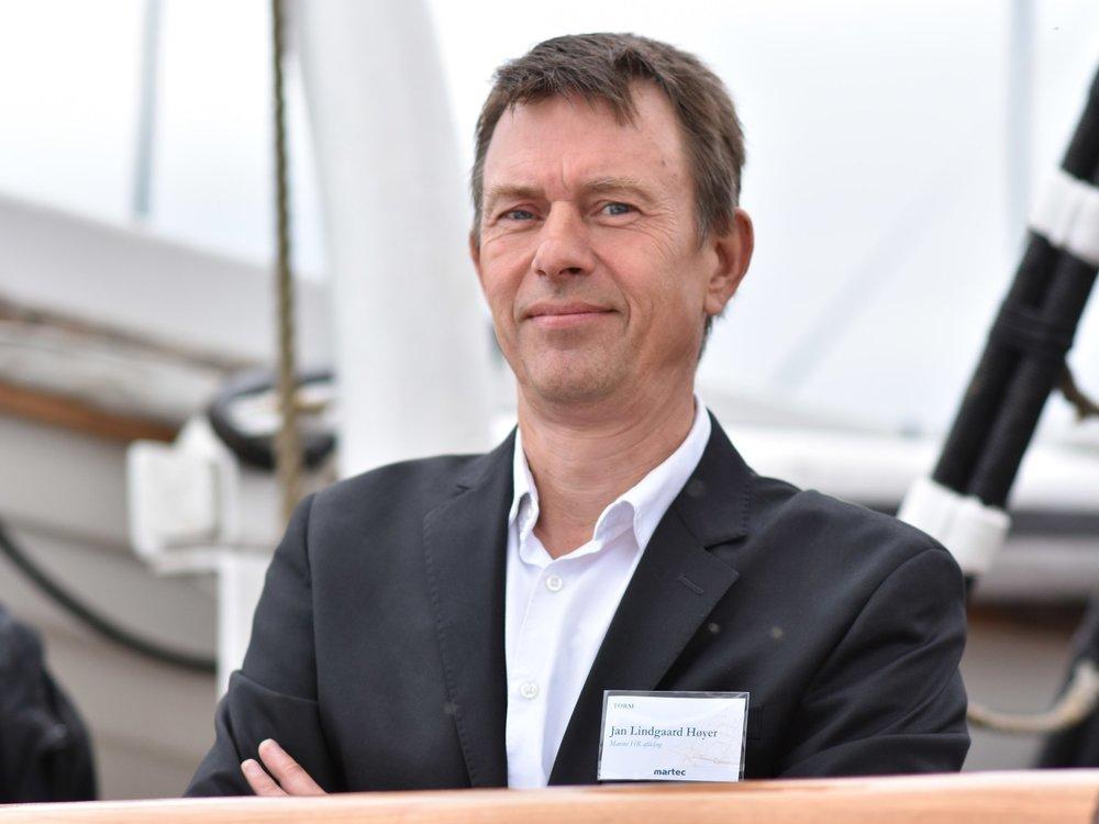 """Jan L. Høyer - Ansat i TORM siden 2007, Training & Recruitment ManagerJeg har deltaget i Sjælsø Rundt i en del år. Jeg synes, arrangementet er en god årlig tradition, hvor man møder en masse kollegaer fra eget og andre firmaer i den maritime branche til hyggeligt samvær. I min fritid bruger jeg en del tid som motionscyklist på landevejene, hvorfor jeg også gerne vil gøre en indsats sammen med de andre medlemmer af """"holdet bag holdet"""" for, at dette arrangement igen i år bliver et sted, hvor folk fra den maritime branche kan samles til motion og hyggeligt samvær."""