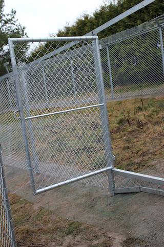 Her er flere luftegårder sikret med netting. Legg også merke til at døren er hevet over bakken. Foto:Marit Emilie Buseth