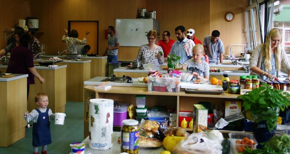 Gemeinsames Kennenlernen und die landestypischen Speisen der anderen Teilnehmerinnen und Teilnehmer kennenlernen war das Ziel.