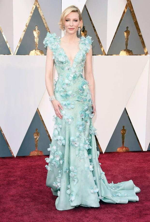 Cate Blanchett usa Armani. Um vestido que em qualquer outra mulher ficaria cafona, nela ficou perfeito. Além do mais, essa é a cara de quem domina a terra média, não é mesmo? :P