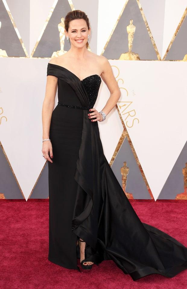 Jennifer Garner usa Versace. Aquele pretinho nada básico que tem a cara do Oscar! Acertou na escolha do vestido, da make e do penteado.