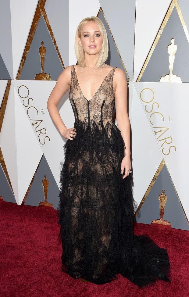 Jennifer Lawrence usa Dior. FINALMENTE acertou o vestido, né? Infelizmente por foto ele não é tão bonito como ao vivo no Red Carpet. Vai por mim, se eu tivesse a grana, teria um igual. <3