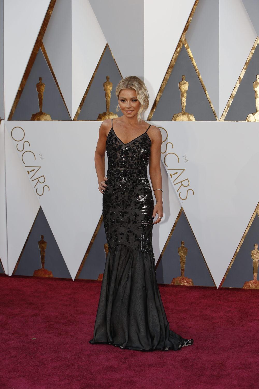 Kelly Ripa usa Dennis Basso. Esse é outro vestido que ficou desfavorecido por foto, mas no Red Carpet estava simplesmente MARAVILHOSO!