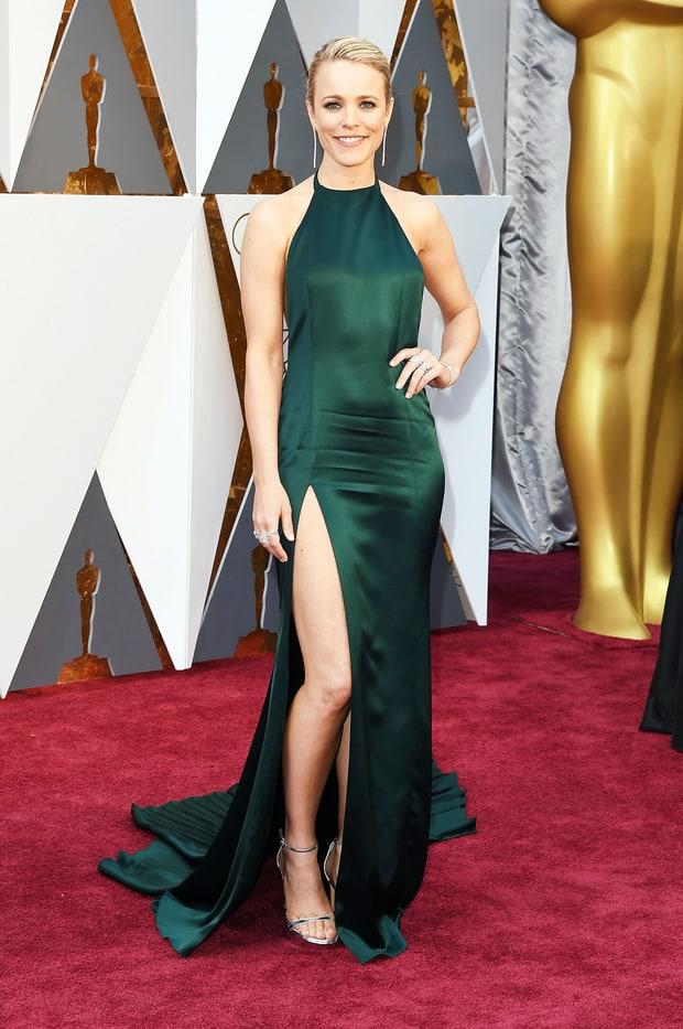 Rachel McAdams usa August Guetty. Esse tom de verde deu uma valoriza na cor dos olhos da Regina que olha... Fora que essa fenda na perna deixou o look sofisticado e sensual ao mesmo tempo. Simplesmente adorei.