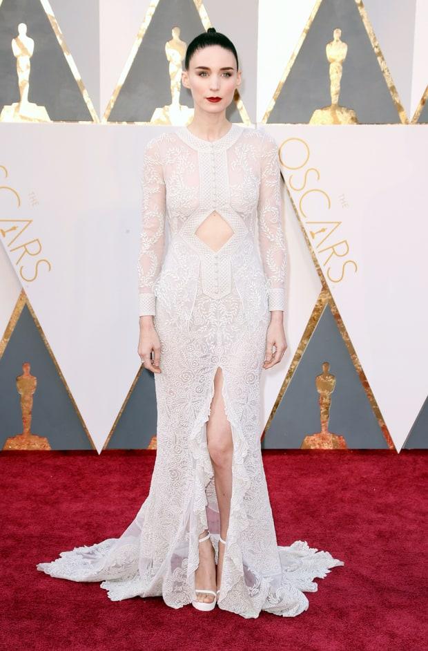 Rooney Mara usa Givenchy. Entrou na linha lista de melhores vestidos, porque não é um vestido que ficaria bem em qualquer pessoa. Foi uma tentativa ousada que deu super certo. A única coisa que não me agradou foi o penteado que ela escolheu, fora isso, RAZÔ!