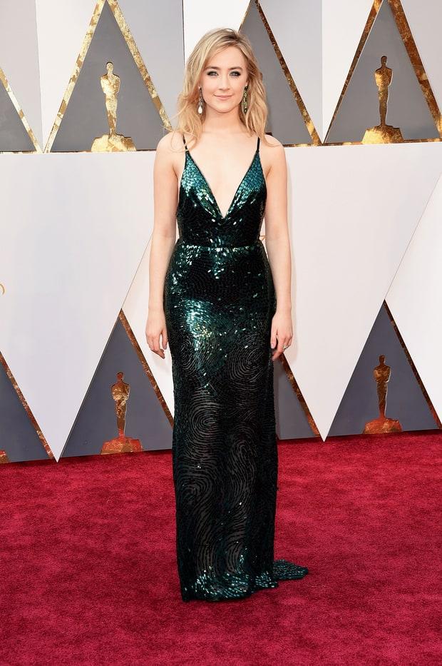 Saoirse Ronan usa Calvin Klein. Escolha perfeita de vestido na minha opinião. Esse vestido é MARA! Os paetês verdes e o super decote nas costas valorizaram muito o corpo da Sasa. Eu to apaixonada!