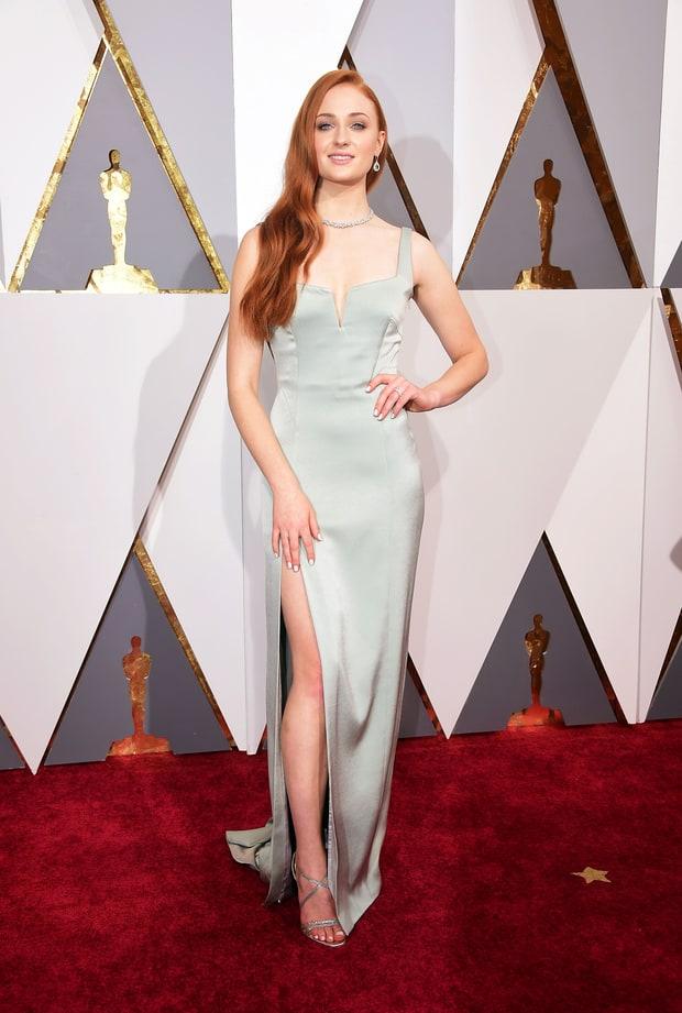 Sophie Turner usa Galvan London. Ví muitas pessoas criticando esse vestido, dizendo ser simples demais para o Oscar, mas discordo. De simples ele não tem NADA!Tá elegante, tá sexy, tá valorizando o corpitcho da Sansa.