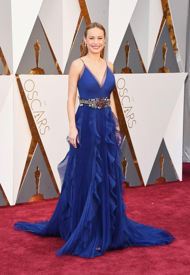 Brie Larson usa Gucci. Miga, você pode até ganhar o Oscar de melhor atriz, mas esse vestido com esse cinto não foi uma boa escolha.