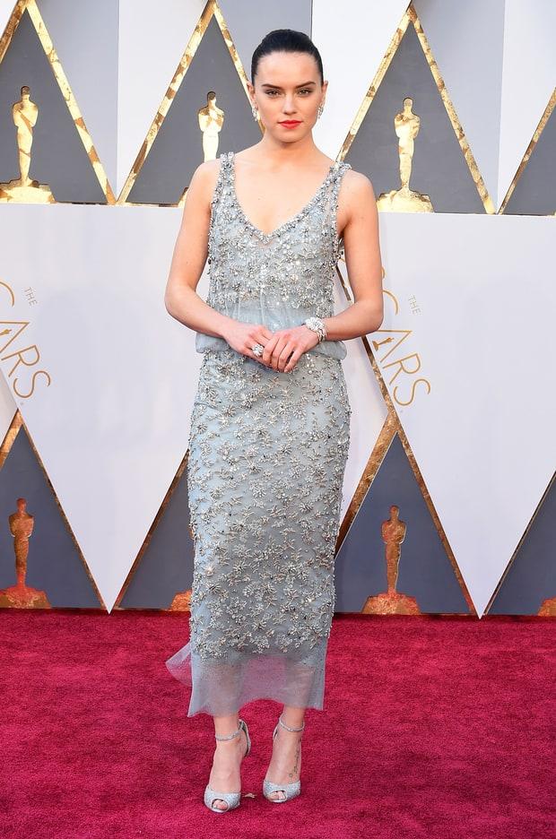 Daisy Ridley usa Chanel. Além do vestido parecer da década de 90, ficou um tanto quanto curto, não acham?