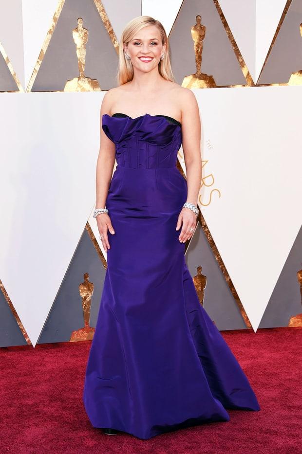Reese Whiterspoon usa Oscar de la Renta. Se esse Oscar fosse há 15 anos atrás, esse vestido seria lindo, mas estamos em 2016...não precisa falar mais nada, né?