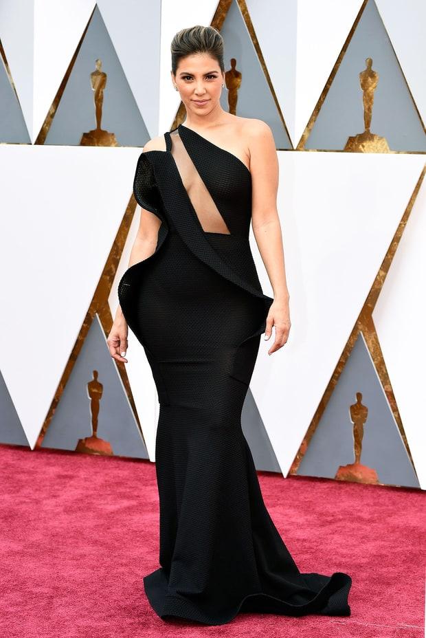 """Liz Hernandez usa Michael Costello. Esse vestido é tão feio em tantos sentidos que eu nem sei como a Liz conseguiu sair de casa pensando """"tô gata nesse vestido""""!"""