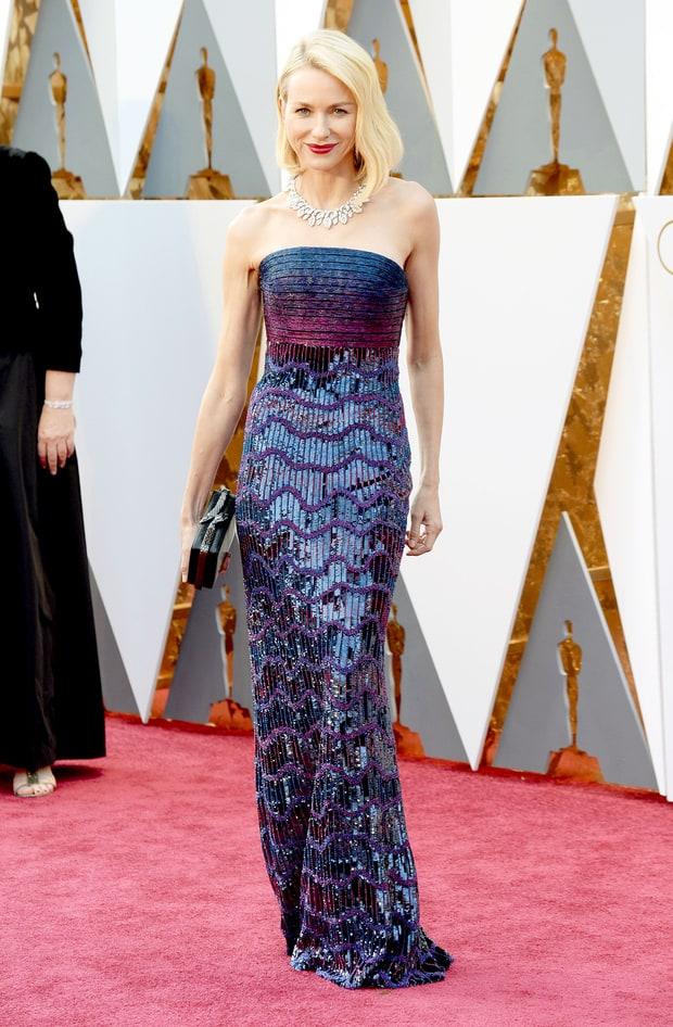 Naomi Watts usa Armani Privé. Vendo por foto o vestido é realmente lindo, mas ontem enquanto eu via a transmissão ao vivo, pareceu um pouco carnavalesco demais. Ainda não decidi se amei essa Armani ou só achei bonitinho.