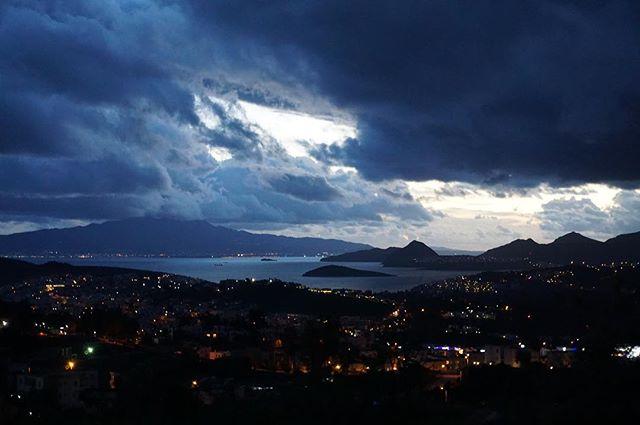 Günün sonunda şantiyenin manzarası böyleyse eve mutlu dönüyoruz demektir 🙏🏼 #voltajtasarim #theatron #layers #bodrum