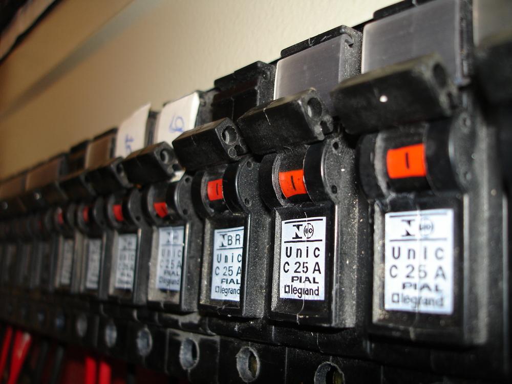 circuit-breaker-1225688.jpg