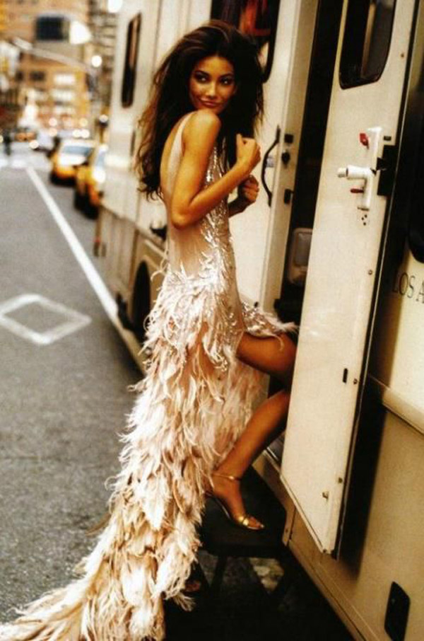 bride_feather_wedding_dress_16.jpg