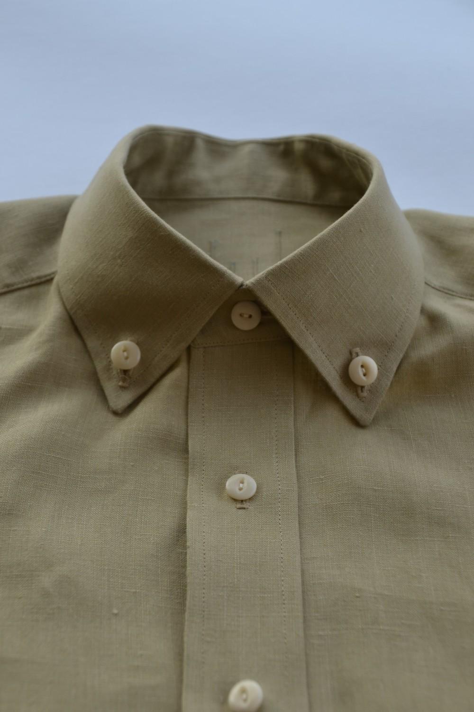 Medium button-down collar