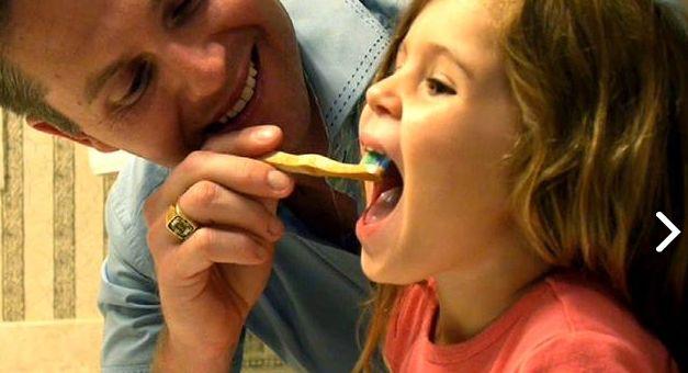 - Es muy importante preocuparse por ayudar a lavarse los dientes a los niños!