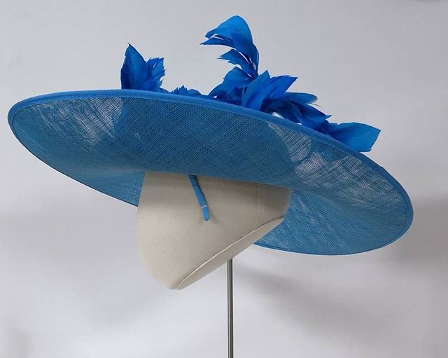 Love a side view & so love love blocking this shape. Big hat 😍 who needs one for a big occasion. Available at www.harringtonhats.com #bighat #feathertrim #elegant #feathers #hats #headpieces #wearingirish #hathireireland #hathireuk #racingfashion #racingstyle #kentuckyderby #cheltenhamraces #punchestown #ladiesdayfashion #weddingguestoutfit #weddinghats #hatroom #bridebook