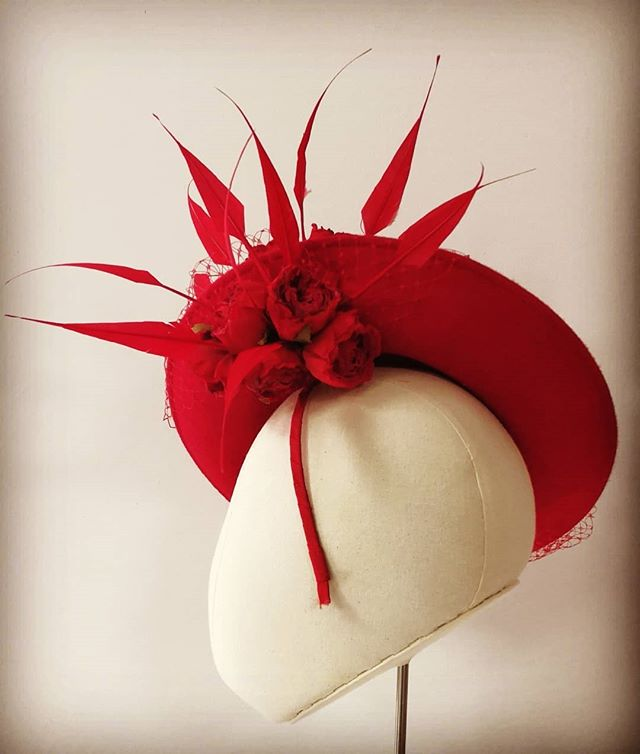Beautiful & dramatic (well that was the aim!?) handblocked in felt, lush to touch. #roses #feathers #cheltenham #punchestown #punchestownfestival #racingfashion #weddingguestoutfit #dubaiworldcup #kentuckyderby #millinerycouture #ladiesdayfashion #worldracingfashion #millinery #curraghchase #hathire #ireland #wearingirish #hatroom #openingsoon