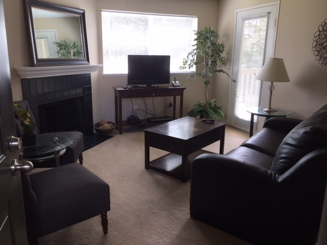 p204 livingroom.JPG