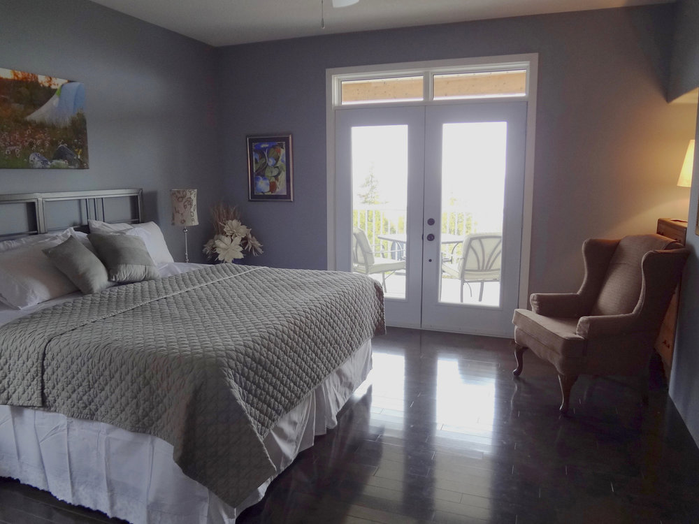 Master Bedroom with Walkout to Water, Walk In Closet & Ensuite Laundry
