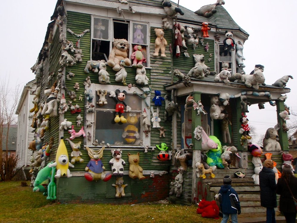 Heidelberg Project stuffed animal house. Image by  Fen Labalme  via Wikimedia Commons