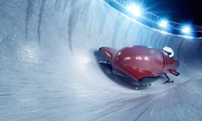 Two or four people sit in a bobsleigh. © Getty images