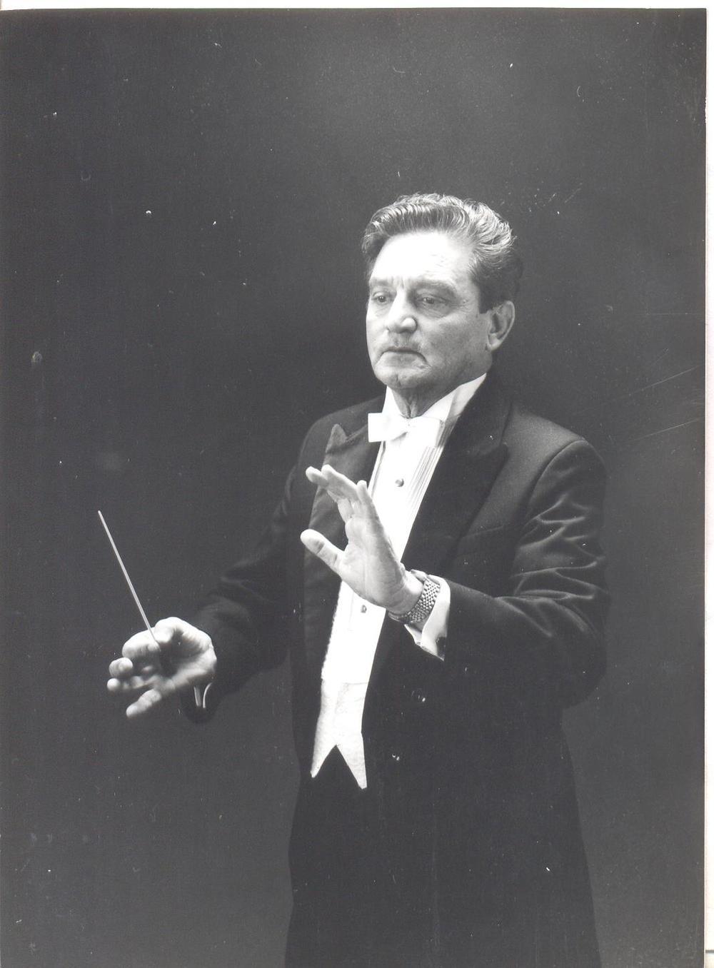Maestro Miguel Bernal Matus, fundador y Director de la Orquesta de Cámara de la Ciudad de México, A.C.