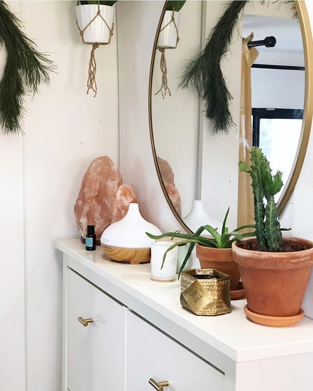 Things I'll never tire of: brass, terra-cotta and pink rock ✨ #tinyhome #entryway #itsthelittlethings