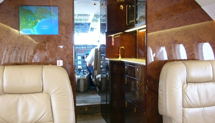 Fully stocked bar and no flight deck door - take that, avgeeks!