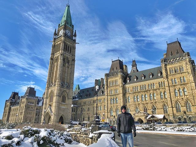 What's the capital of Canada? Embarrassingly, that kind of slipped my mind until I was reading the wikitravel entry on Ottawa. So here I am, freezing my ass (and everything else) off in front of the Parliament building 🇨🇦