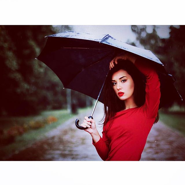 Rainy days are no problem! Chase the stormy clouds with a a glamorous lipstick 💄and... an umbrella 🌂 #singinintherain