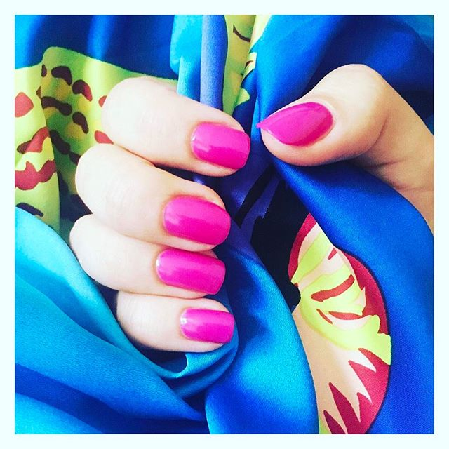 Gwenelda has the perfect treatments to brighten your mood when it's raining! Turn a rainy 🌧day sunny ☀️ with a holiday style bright manicure 💅  #Gwenelda #london #beauty #beautytherapist #mobilebeauty #mobilestylist #blowdries #hair #nails #londonnails #mobilenails #mua