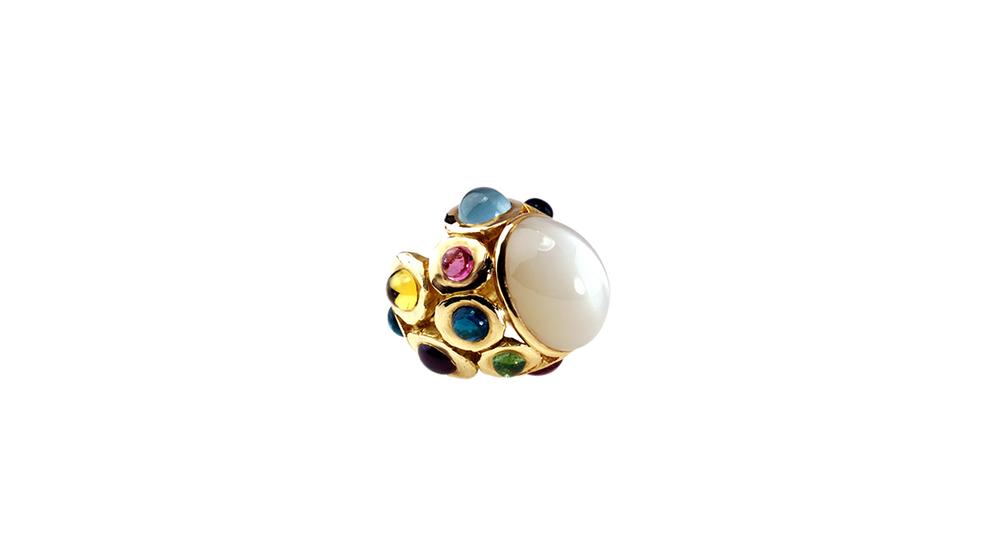 Bague lune, cabochon de pierre de lune et multicolores, or jaune 18 carats.