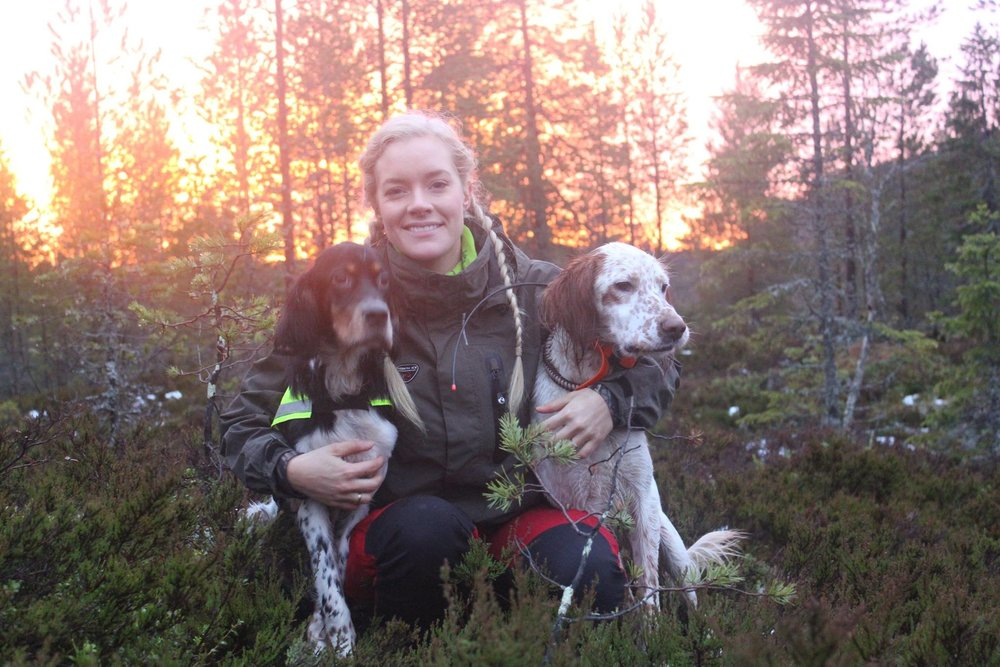 TID TIL KOS: Det er viktig at både folk og dyr føler seg trygge og ivaretatt, mener Iréne.