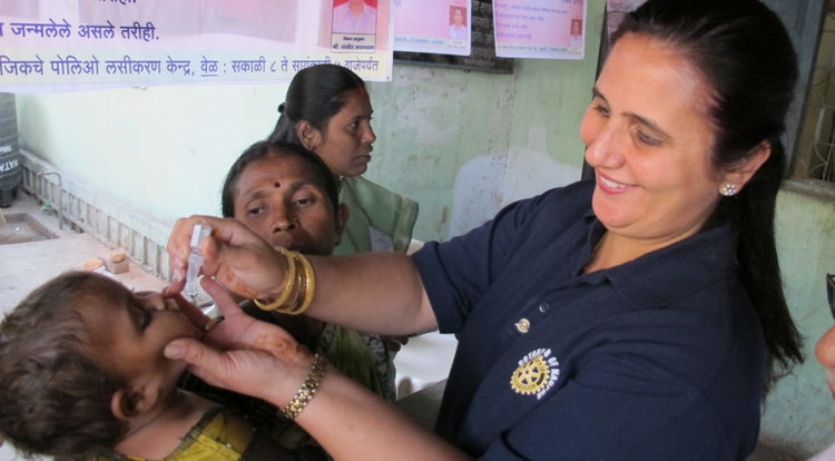 A health worker administers a polio vaccine. Credit: Rotary Club of Nagpur, Flickr Creative Commons