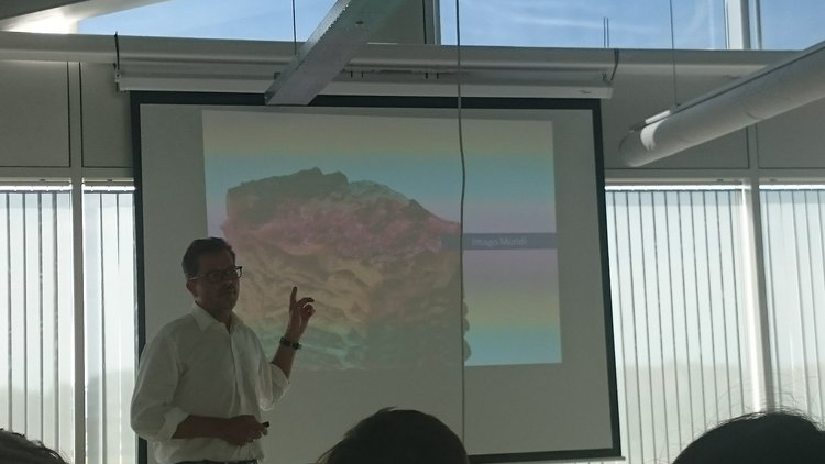 The information space data can provide is a lot like a lasagne, demonstrated Frank Salzgeber.