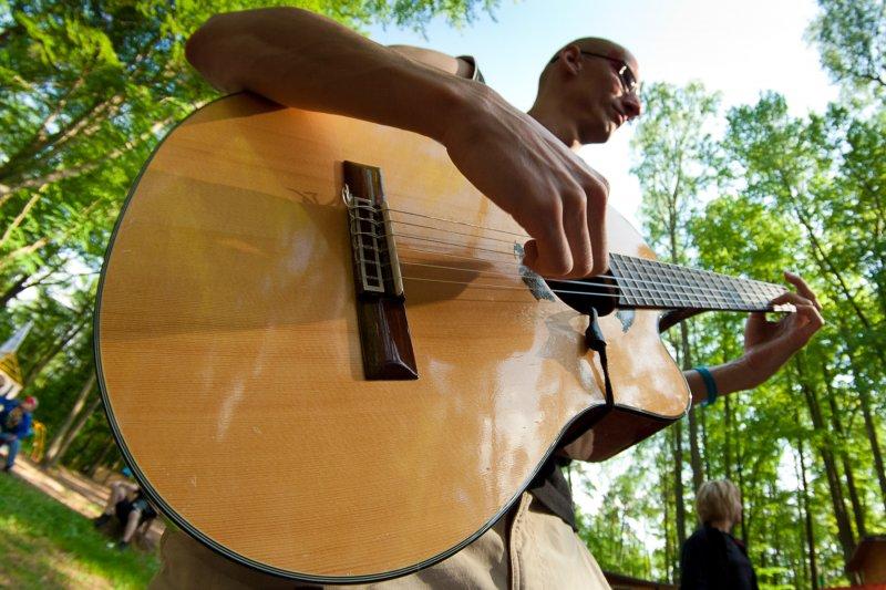 Domki nad jeziorem to gitara i słońce